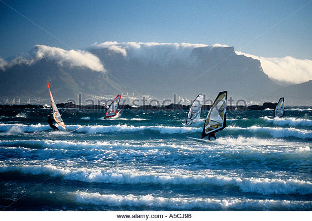 -cape-town-south-africa-windsurfers-at-big-bay-with-table-mountain-a5cj96.jpg